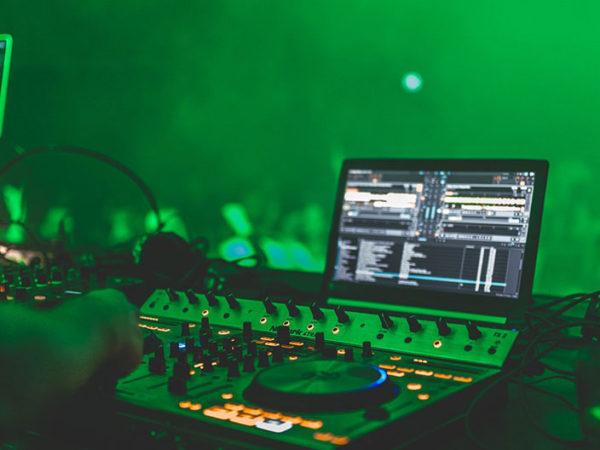 DJ buchen: Diese 6 Dinge solltest du beachten!